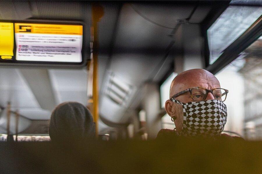 Mit Maske in der Straßenbahn. Die Pflicht zur Mund-Nase-Bedeckung für öffentliche Verkehrsmittel gilt in Sachsen noch bis Ende August.