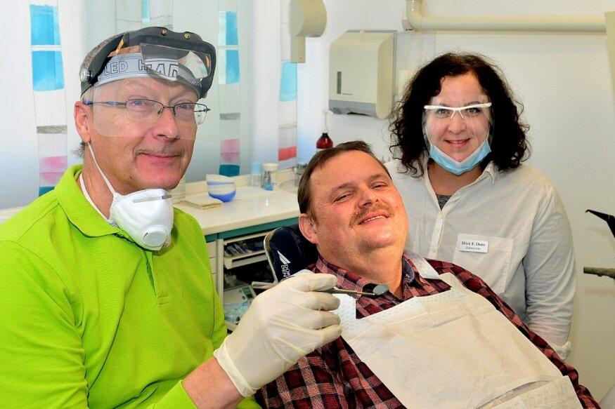 Zahnarzt Rainer Voigt (l.) übergibt die mit seiner Frau Elke geführte Praxis im Ärztehaus Lauenhainer Straße in Mittweida an Dilek Elisabeth Dams (r.). Das freut auch Patient Jörg Fritzsche.