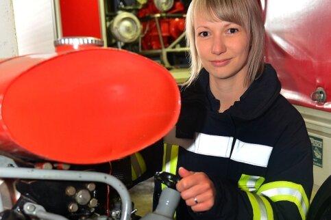 Romy Claußnitzer von der Feuerwehr in Cunnersdorf kennt sich nicht nur mit der Tragkraftspritze aus.