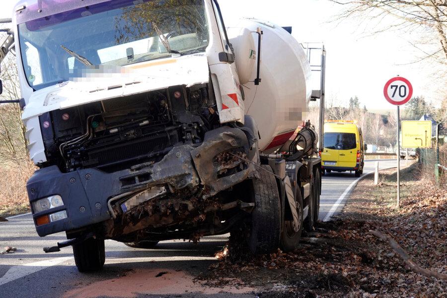 Lkw fährt gegen Felswand - Fahrer verletzt
