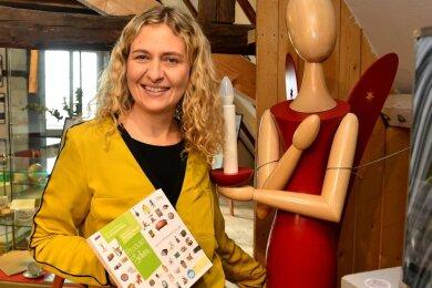 Sylva-Michéle Sternkopf mit einem Sternkopf-Engel, den sie nun auf dem virtuellen Weihnachtsmarkt anbietet.