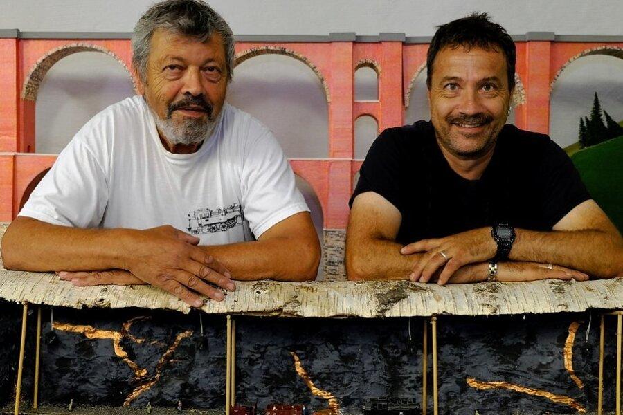 Modellbahnanlage im Baumstamm. Bastler Mike Döbereiner (rechts) und Karl-Heinz Meyer vom Rollbockverein im Museum Lok-Schuppen.