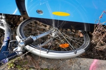 Die Radfahrerin wurde von der Bahn erfasst.