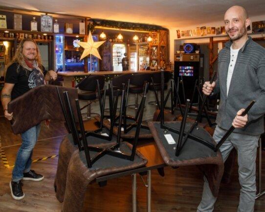 Der Musiker Georg Martin und Sven Müller vom Salon Kunstcafé und Bar am Annaberg-Buchholzer Markt können es kaum erwarten, dass wieder Besucher auf den Stühlen platznehmen können.