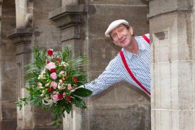 """Wenn am morgigen Valentinstag """"Amor"""" Rüdiger Goßler bei Ihnen klingelt, hat er vermutlich einen Strauß Rosen fürs Herzblatt dabei. Er liefert die floralen Liebesbekundungen vom Laden Blumen kreativ."""