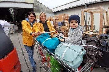 Raminta Kretschmann (l.) und Lina Simkaitiene packten beim Beladen des Hilfstransportes mit an. Der zweijährige Matas schaute zu.