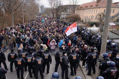 """Polizisten und Demonstranten standen sich bei den """"Querdenker""""-Protesten in Dresden am 13. März gegenüber. Es gab Kritik am Einsatz der Polizei, die mit einem Großaufgebot vor Ort war."""