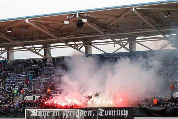 Laut Mitteilung des CFC sei die Gruppierung Kaotic Chemnitz Urheber der Ereignisse vom 9. März dieses Jahres, als im Stadion an der Gellerststraße eine offizielle Trauerminute für einen verstorbenen Ex-Neonazi abgehalten wurde.