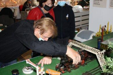 Lucy Flemming und ihre Oma Margitta Zaschke aus Zwickau haben die Ausstellung der Neukirchener Modellbahnfreunden besucht. Helge Klemm zeigte ihnen eine alte Märklin-Eisenbahn in der Spurweite 1.