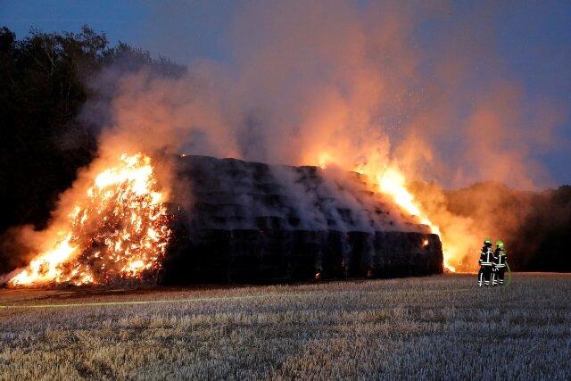 500 Strohballen standen auf einem Feld an der Eubaer Straße in Flammen.