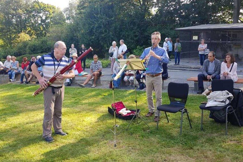 Diese Premiere war schon früh ein Erfolg: Bereits kurz nach Beginn des Freilichtkonzerts vom Theater Plauen-Zwickau und dem Vogtlandkonservatorium versammelten sich am Sonntag mehrere Hundert Besucher im Plauener Stadtpark. Dort fand ein musikalischer Spaziergang statt.