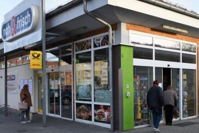 Der Einkaufsmarkt (linker Eingang) hat geschlossen, die Verkaufsstelle der Post (rechter Eingang) noch geöffnet.