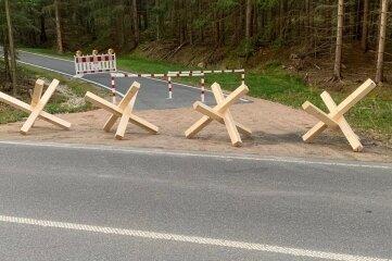Mit vier Holzkreuzen wurde die Fläche an der B 283 gesperrt.