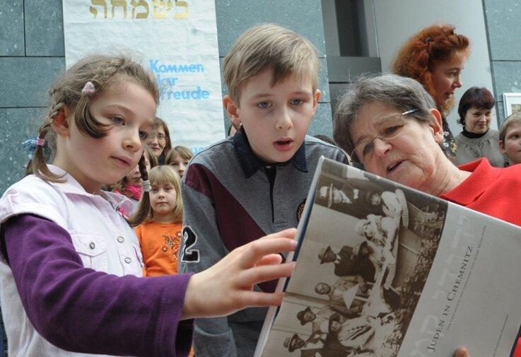 """<p class=""""artikelinhalt"""">Mit sechs Veranstaltungen haben die 18. Tage der jüdischen Kultur begonnen. Am Sonntag informierten sich 80 Kinder und Eltern in der Synagoge über das Gemeindeleben: Gemeindemitglied Renate Aris ließ sich auch von Theodor und Nomi Jans ausfragen. </p>"""