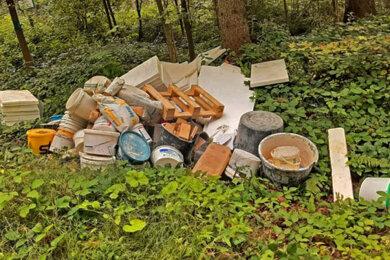 Baumüll haben Unbekannte in Schnarrtanne illegal entsorgt.
