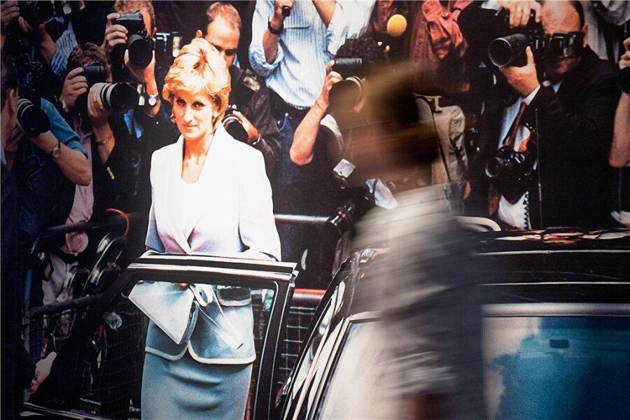 """Prinzessin Diana, zeitlos elegant. Ein Besucher geht an einem Bild von ihr in der Ausstellung """"Very British"""" im Haus der Geschichte in Bonn, die im vergangenen Jahr gezeigt wurde, vorbei."""