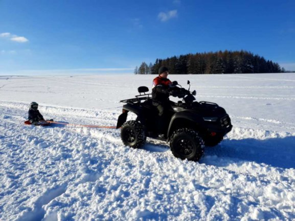 Moritz ließ sich von seinem Papa per Quad durch den Schnee ziehen.