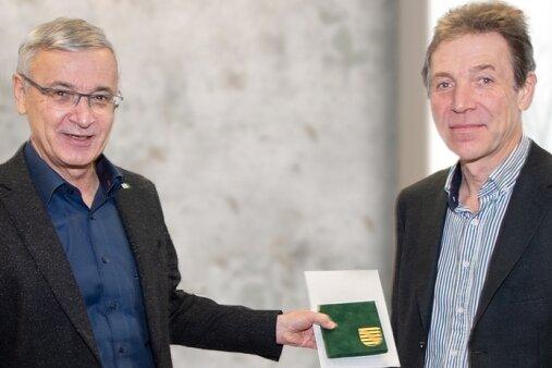 """Landrat Rolf Keil (links) bei der Übergabe der Medaille """"Sachsen - Land der Friedlichen Revolution"""" an Thomas Findeis."""