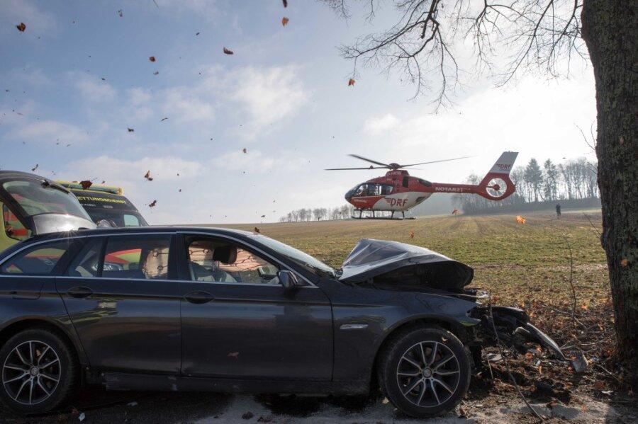 Rettungshubschrauber im Einsatz: BMW prallt frontal gegen Baum