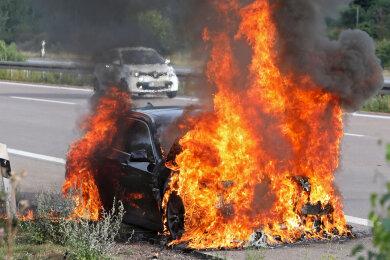 Ein BMW ist auf der A4 komplett ausgebrannt.