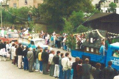 """Schnappschuss vom Festumzug, der aus Anlass von """"200 Jahre Neuwelt"""" am 16. September 1990 durch den zu Schwarzenberg gehörenden Ort führte. Die Idee, dieses Jubiläum zu feiern, kam aus der Bürgerinitiative Neuwelt, deren politisches Hauptanliegen die deutsche Einheit war. Als dieses Ziel erreicht war, gründete sich aus der Initiative der Heimatverein."""
