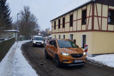 Am Letzten Heller in Oelsnitz rollen Autos direkt an den Häusern entlang. Durch den Verkehr nimmt nicht nur die Straße Schaden.