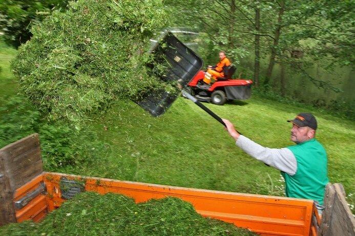 """<p class=""""artikelinhalt"""">Die Vorbereitungen für """"Rock im Park"""" sind im vollen Gange, wie auch am Dienstag, als Bauhofmitarbeiter im Stadtpark Gras mähten.</p>"""