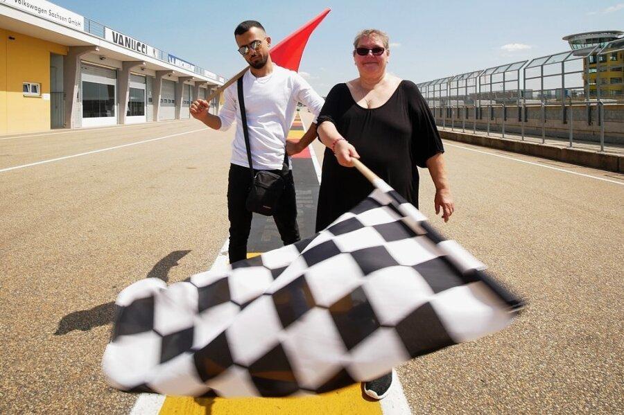Rebecca Klukas und Dyaa Kassoma beim Musikvideodreh auf dem Sachsenring.