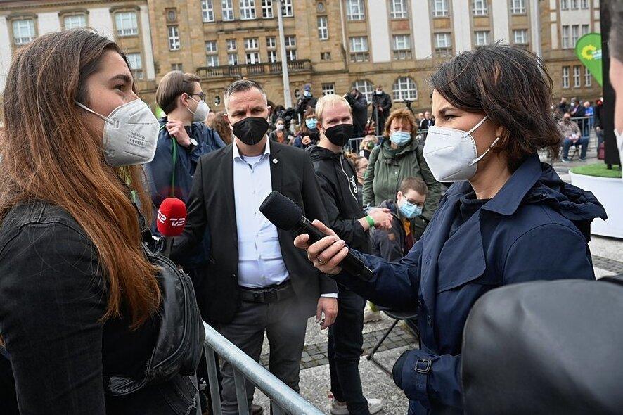 Annalena Baerbock (rechts) im Gespräch mit einer jungen Frau aus dem Publikum, der die Bemühungen der Grünen zum Klimaschutz nicht weit genug gehen.