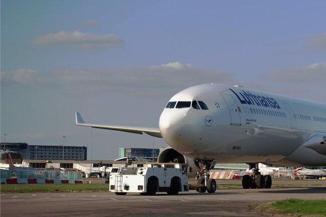 """Ein solcher Airbus mit dem Kennzeichen D-AIKQ trägt mittlerweile den Namen """"Zwickau"""""""