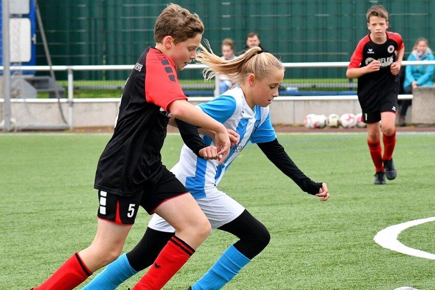 Bei der 2:3-Niederlage der D-Jugend des SV Germania Mittweida gegen den Dresdner SC konnte auch Cheyenne Eulitz (blau) das Gegentor in der letzten Spielminute nicht verhindern.