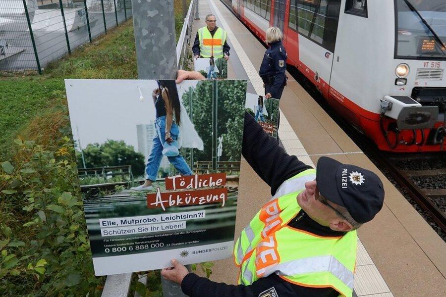 Beamte der Bundespolizei befestigten die Plakate kurz vor dem Beginn der Herbstferien.