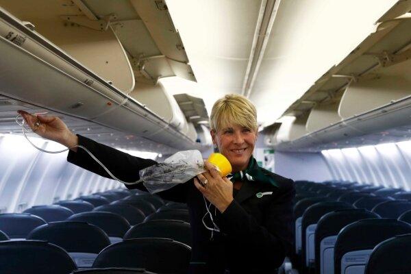 Und hier der Sauerstoff für alle Fälle: Flugbegleiterin Evelyn Rabenhorst an Bord der Germania-Boeing von Dresden nach Mallorca.