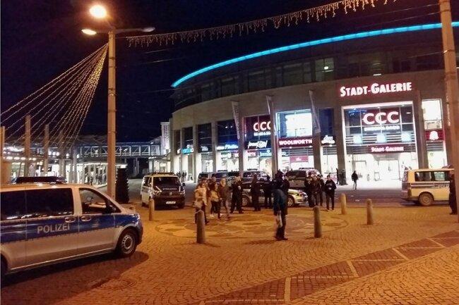 Nach dem massiven Einsatz der Polizei hatte sich die Situation auf dem Plauener Postplatz gegen 19.30 Uhr wieder beruhigt. Zuvor standen sich dort rund 200 Menschen, überwiegend Ausländer, gegenüber.