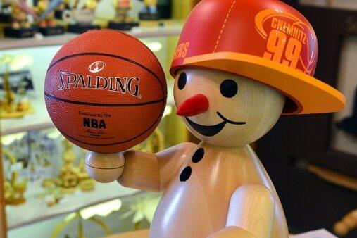 Das ist der große Basketballer, 65 Zentimer hoch. Der steht nun in der Geschäftsstelle der Niners und darf am Samstag zum Heimspiel in die Arena.
