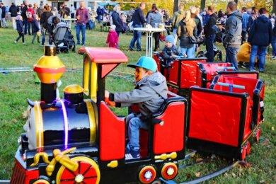 """Die Premiere des Steinpleiser """"Herbstzaubers"""" lockte viele große und kleine Besucher auf den Platz vor der Turnhalle."""
