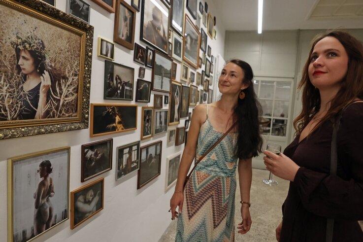 Fotografin Kristin Lehmann (rechts) führt Catharina Schubert durch ihre Werkschau, die derzeit in der Galerie Forum K an der Neundorfer Straße 4 zu sehen ist.