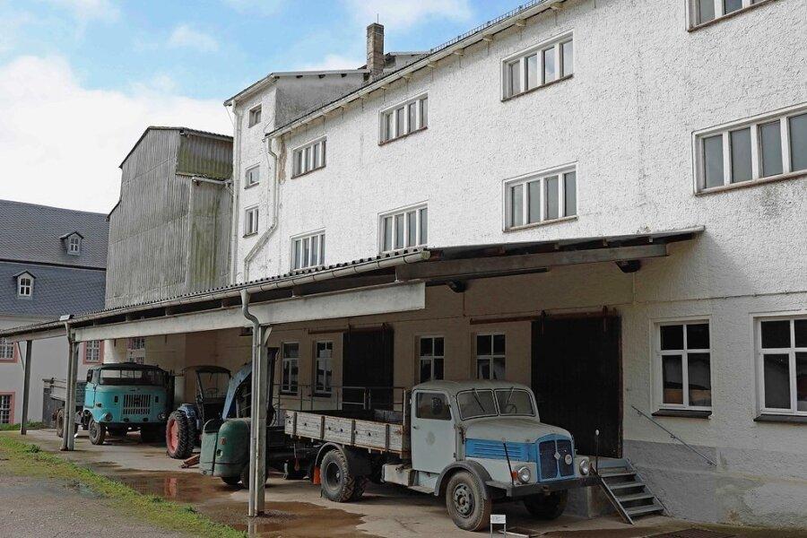 Die Schrotmühle öffnet erstmals für Besucher ihre Türen. Die Szene vor dem Objekt mit den parkenden Fahrzeugen wurde nachgestellt. Die Autos gehören zur Schau.