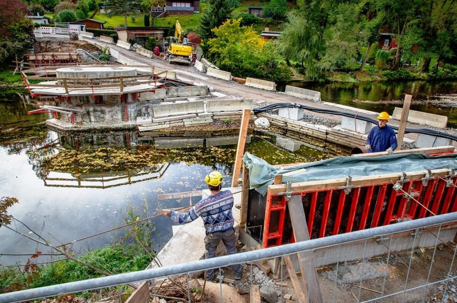 Mitarbeiter der Baufirma Krause entfernen die Schalung an einem der neuen Auflagepunkte für die stählernen Brückenteile, die jeweils knapp 20 Meter lang sind.
