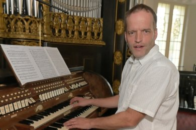 """Detlev Küttler, der neue Kantor von Aue, schwärmt von der Orgel in der Friedenskirche. """"Sie ist zum Verlieben"""", sagt der 52-Jährige."""