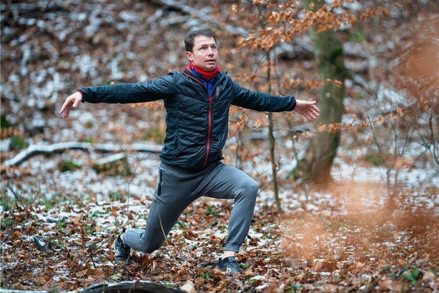 Mit dieser an Yoga angelehnten Übung dehnt Ultraläufer Tell Wollert seine Körpervorderseite.
