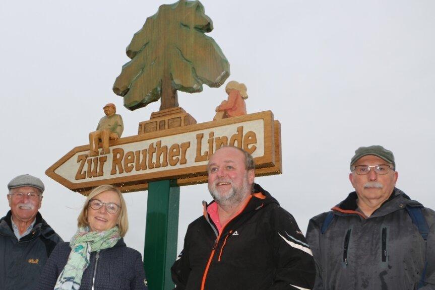 Gerlinde Richter mit den Ebersbrunner Schnitzern Dietmar Hemmerling (links) und Bernd Gebhardt sowie Thomas Bunzel vom Heimatverein Reuth (rechts).