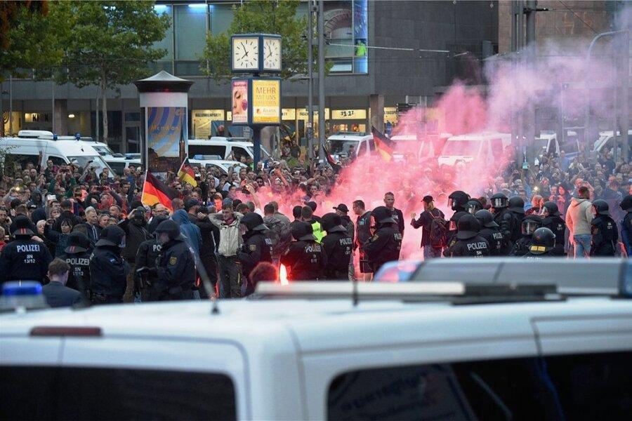 Nach einem Aufruf der rechtsextremistischen Vereinigung Pro Chemnitz versammelten sich am 27. August 2018 tausende Menschen auf der Brückenstraße. Unter ihnen war auch Christian K., der an diesem Tag verbotene Schutzausrüstung getragen haben soll und deswegen nun verurteilt wurde.