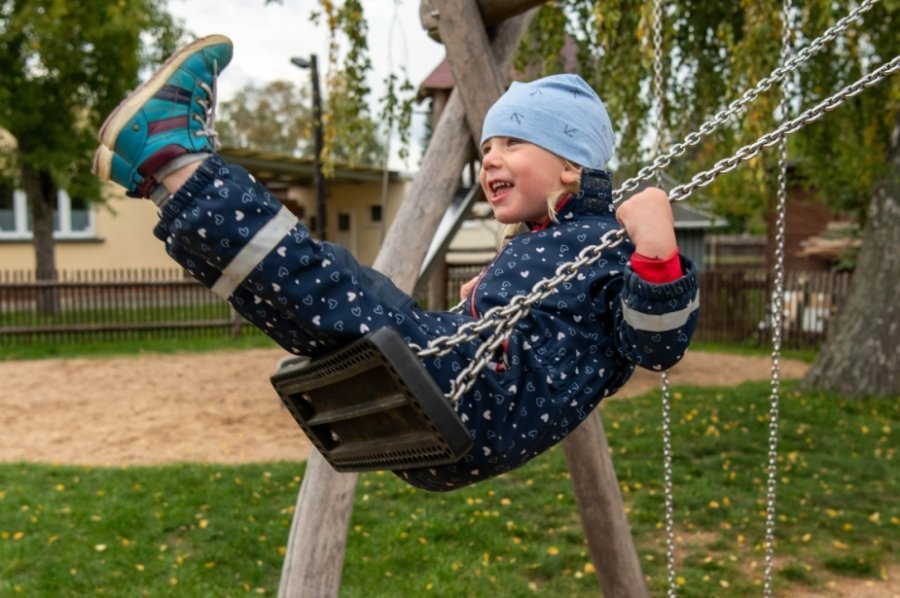 Zunächst kräftig Schwung holen und danach ab in die Lüfte. Die dreijährige Stella hat sichtbar Spaß beim Schaukeln auf dem Spielplatz am Klinkborn.