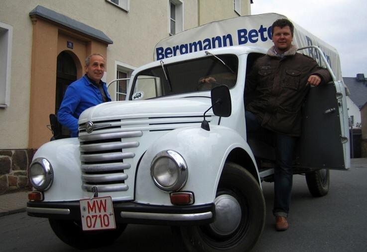 Nicht nur bei Oldtimertreffen, sondern auch als Hingucker und Werbeträger bei Messen nutzt Martin Bergman junior (r.) seinen Framo V 901. Gemeinsam mit Heinz Fläschel hat er das Fahrzeug neu aufgebaut.