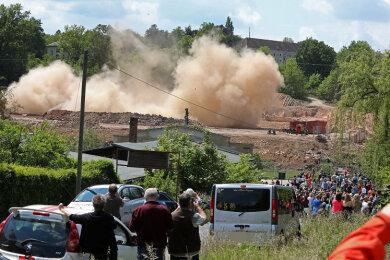 Um 13 Uhr ist der 45 Meter hohe Schornstein der ehemaligen Kammgarnspinnerei gesprengt worden.