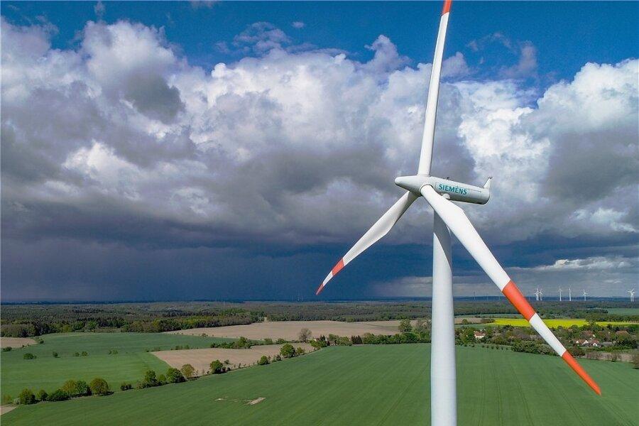 Die Betreiber von mehr als jedem zweiten Windrad in Sachsen müssen bis 2025 neue Abnehmer finden, weil die Förderung endet.