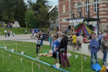 Auch der Außenbereich des Gymnasiums kann besichtigt werden. Im Bild das Frühlingsfest im Mai 2017.