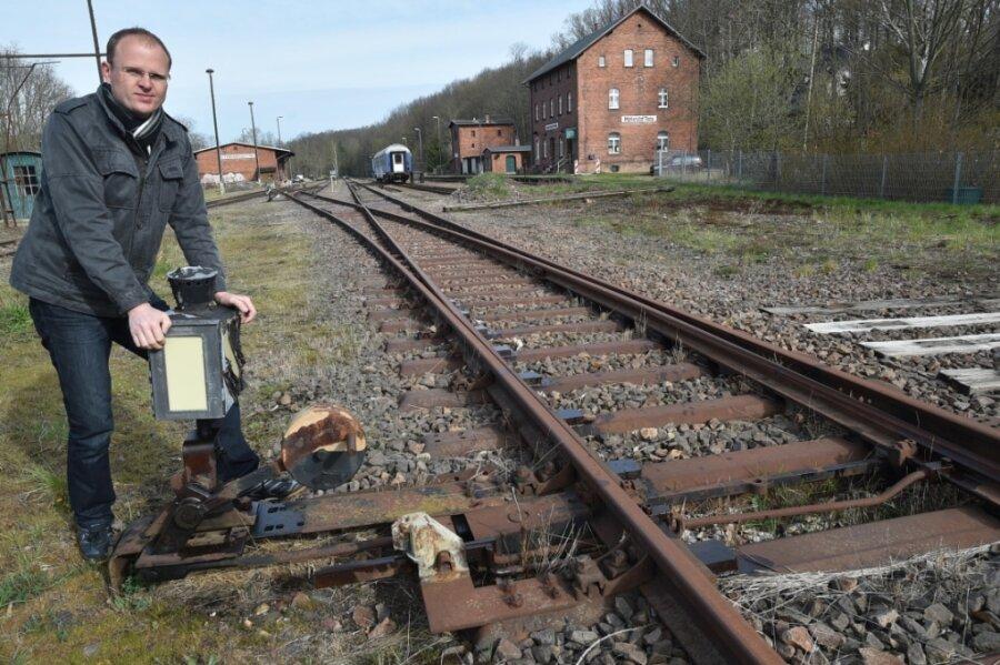 Vereinschef Robin Helmert an einer Weiche am Museumsbahnhof Markersdorf-Taura. Dort sollen mithilfe von Förder- und Spendengeldern neue Gleise verlegt werden.