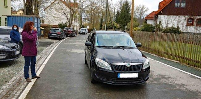 Langenhessens Ortsvorsteherin Jana Russ weist dem ersten Verkehrsteilnehmer den Weg.